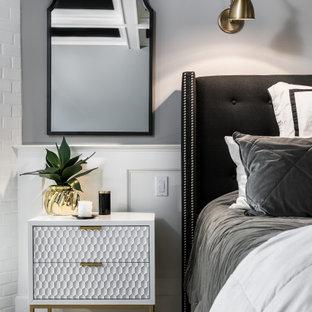 フェニックスの広いインダストリアルスタイルのおしゃれな主寝室 (グレーの壁、無垢フローリング、暖炉なし、茶色い床、表し梁、壁紙)