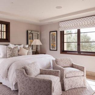 На фото: с высоким бюджетом гостевые спальни среднего размера в классическом стиле с белыми стенами, полом из известняка и бежевым полом без камина