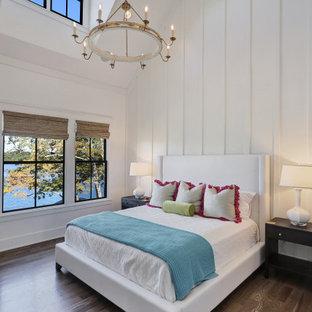 Inspiration för ett stort vintage huvudsovrum, med vita väggar, mellanmörkt trägolv och brunt golv