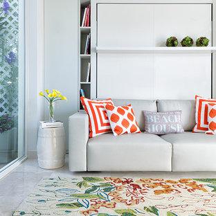 Foto di una grande camera degli ospiti stile marinaro con pareti bianche e pavimento in marmo