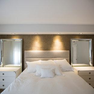 Diseño de dormitorio principal, tradicional renovado, de tamaño medio, sin chimenea, con paredes marrones, suelo de piedra caliza y suelo gris