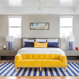 Modelo de dormitorio principal, marinero, grande, sin chimenea, con paredes blancas, suelo de madera clara y suelo naranja