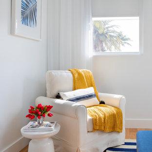 Foto de dormitorio principal, costero, grande, sin chimenea, con paredes blancas, suelo de madera clara y suelo naranja