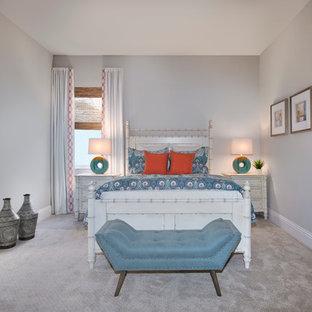 Imagen de habitación de invitados tropical, de tamaño medio, con paredes grises, moqueta y suelo blanco