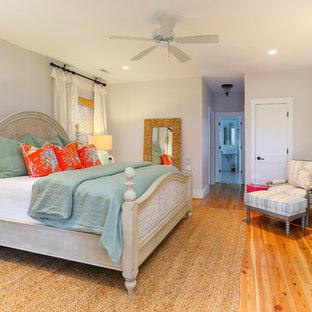 Стильный дизайн: спальня в морском стиле с серыми стенами, паркетным полом среднего тона и оранжевым полом - последний тренд