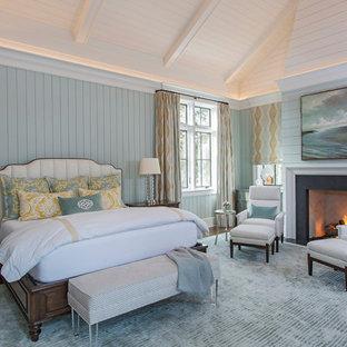 Maritim inredning av ett sovrum, med blå väggar och en standard öppen spis
