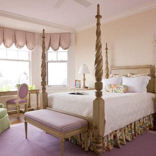 Modelo de habitación de invitados tradicional, de tamaño medio, sin chimenea, con parades naranjas, suelo de madera en tonos medios y suelo marrón