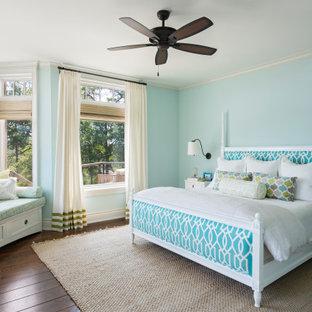 チャールストンのビーチスタイルのおしゃれな寝室 (青い壁、濃色無垢フローリング、茶色い床) のインテリア