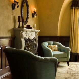 Неиссякаемый источник вдохновения для домашнего уюта: хозяйская спальня в классическом стиле с желтыми стенами, темным паркетным полом, стандартным камином и фасадом камина из штукатурки
