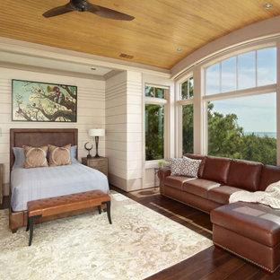 Immagine di una camera da letto costiera con pareti bianche, parquet scuro, nessun camino, soffitto in legno e pareti in perlinato
