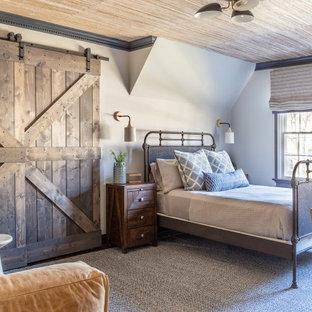 Country Schlafzimmer mit weißer Wandfarbe, Teppichboden, grauem Boden und Tapetendecke in New York