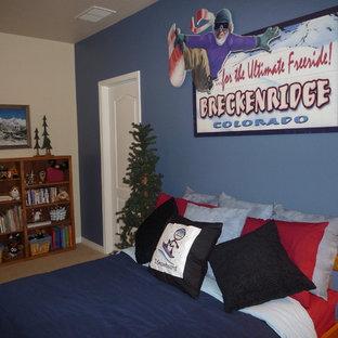 Идея дизайна: гостевая спальня среднего размера в классическом стиле с синими стенами и ковровым покрытием