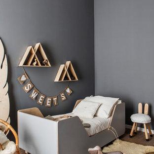 Idee per una piccola camera da letto stile loft nordica con pareti grigie, pavimento in legno massello medio, camino ad angolo e pavimento beige