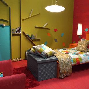 Esempio di una camera degli ospiti minimal di medie dimensioni con pareti multicolore, pavimento rosso e parquet chiaro