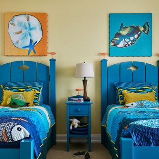 Inredning av ett maritimt sovrum, med gula väggar och heltäckningsmatta