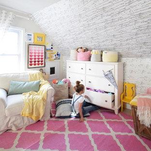 Modelo de dormitorio tipo loft, ecléctico, de tamaño medio, con paredes grises y suelo de madera clara