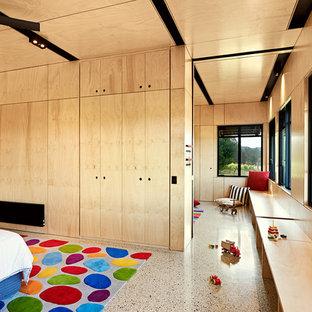 メルボルンの大きいコンテンポラリースタイルのおしゃれなゲスト用寝室 (ベージュの壁、コンクリートの床、暖炉なし)
