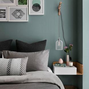 Diseño de dormitorio escandinavo con moqueta y paredes verdes