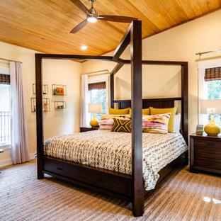 Klassisk inredning av ett sovrum, med beige väggar, mellanmörkt trägolv och brunt golv
