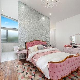 セントラルコーストのコンテンポラリースタイルのおしゃれな主寝室 (白い壁、濃色無垢フローリング、茶色い床) のレイアウト