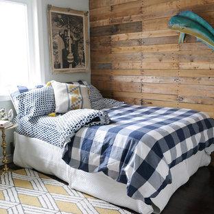 Ejemplo de habitación de invitados romántica, de tamaño medio, con paredes marrones, moqueta y suelo amarillo