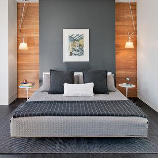 Modelo de dormitorio principal, contemporáneo, grande, sin chimenea, con paredes grises, suelo de madera oscura y suelo gris