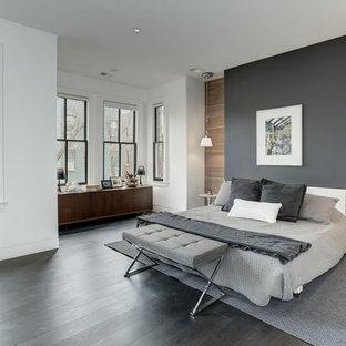 Cette image montre une chambre parentale design avec un mur multicolore, un sol en bois foncé et un sol noir.