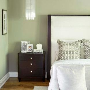 Idéer för att renovera ett vintage sovrum, med grå väggar och mellanmörkt trägolv