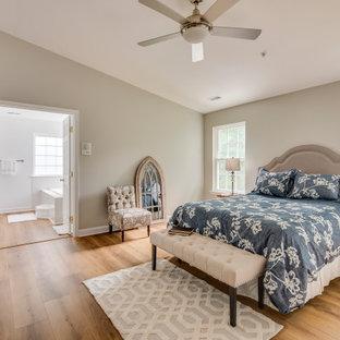 Imagen de dormitorio principal, actual, extra grande, con suelo vinílico, suelo amarillo y paredes grises