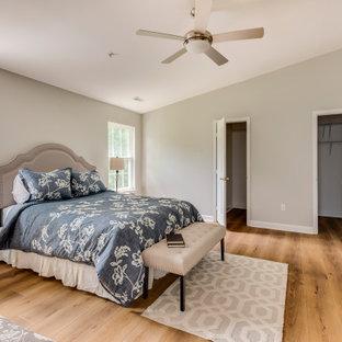 Ispirazione per un'ampia camera matrimoniale design con pavimento in vinile, pavimento giallo e pareti grigie
