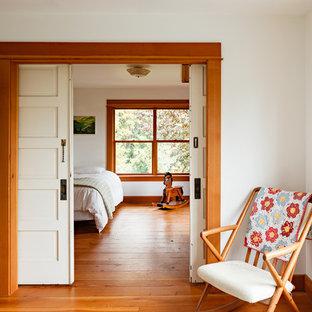 Uriges Schlafzimmer mit braunem Holzboden in Portland