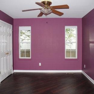 Foto de dormitorio clásico renovado, pequeño, con paredes púrpuras y suelo vinílico