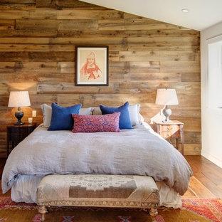 Idee per una camera padronale american style con pareti bianche, pavimento in legno massello medio e nessun camino