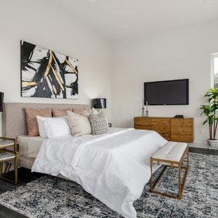 Idéer för att renovera ett mellanstort 60 tals huvudsovrum, med vita väggar, klinkergolv i porslin och grått golv