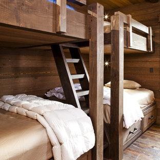 Exemple d'une chambre d'amis montagne avec un sol en bois brun.