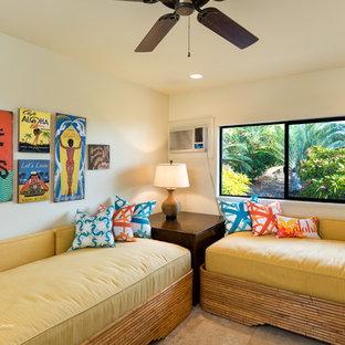 Ejemplo de habitación de invitados tropical, de tamaño medio, sin chimenea, con paredes blancas, suelo de baldosas de cerámica y suelo beige