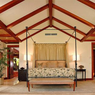 ハワイの広いトロピカルスタイルのおしゃれな主寝室 (ベージュの壁、トラバーチンの床、ベージュの床) のレイアウト