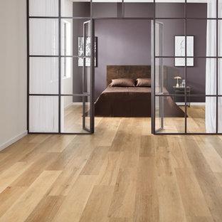 Foto de dormitorio actual con suelo vinílico