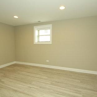 シカゴの中サイズのトランジショナルスタイルのおしゃれな客用寝室 (ベージュの壁、クッションフロア、暖炉なし、ベージュの床) のインテリア