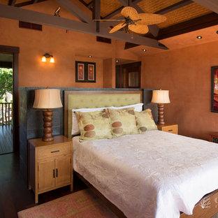 Diseño de habitación de invitados tropical, grande, con suelo de madera oscura y parades naranjas