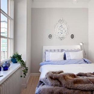 Diseño de habitación de invitados escandinava, pequeña, con paredes grises y suelo de madera clara
