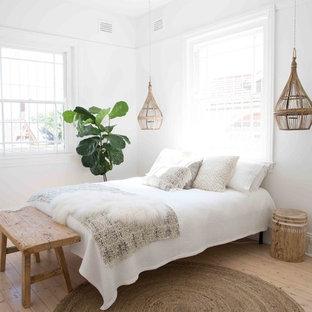Inspiration för mellanstora rustika huvudsovrum, med vita väggar, ljust trägolv och en öppen hörnspis