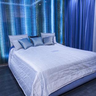 Imagen de dormitorio actual, de tamaño medio, con paredes blancas y suelo de baldosas de cerámica
