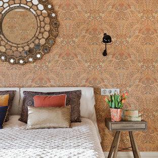 Idéer för ett modernt huvudsovrum, med orange väggar och mellanmörkt trägolv