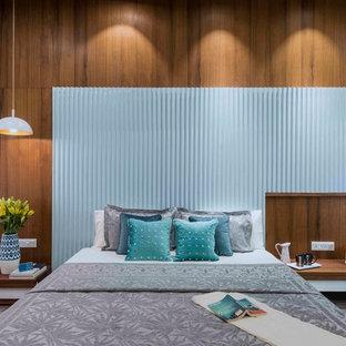 Diseño de dormitorio principal, contemporáneo, sin chimenea, con paredes marrones y suelo gris