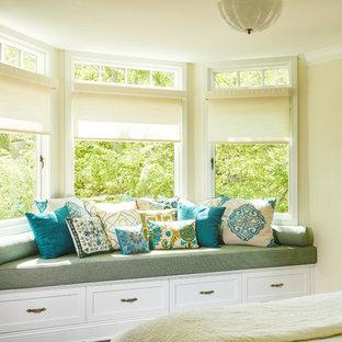 Modelo de habitación de invitados tradicional renovada, de tamaño medio, sin chimenea, con paredes amarillas y suelo de madera en tonos medios