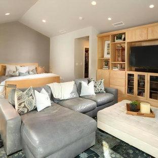 Modelo de dormitorio principal, abovedado y papel pintado, tradicional renovado, grande, papel pintado, con paredes grises, suelo de madera clara, chimenea lineal, suelo beige y papel pintado