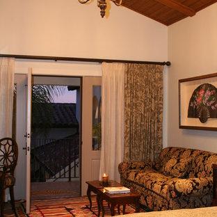 Ejemplo de dormitorio principal, mediterráneo, grande, con paredes beige y suelo de baldosas de terracota