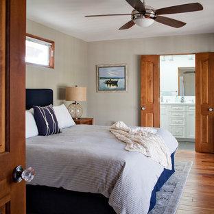 Modelo de dormitorio principal, marinero, grande, sin chimenea, con paredes beige y suelo de bambú