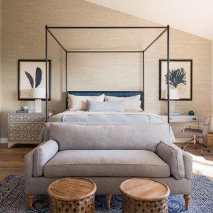 Diseño de dormitorio principal, marinero, de tamaño medio, sin chimenea, con paredes beige, suelo de madera en tonos medios y suelo marrón
